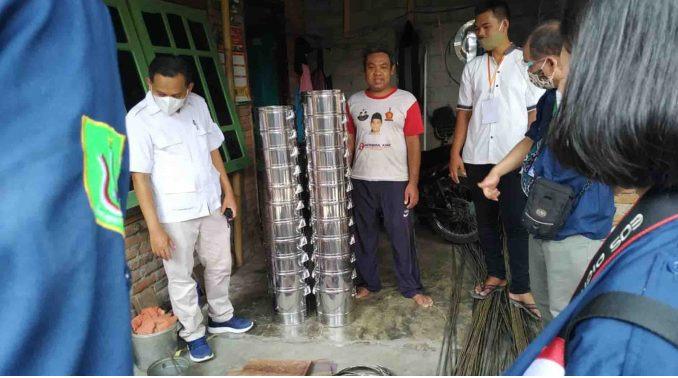 Mahasiswa melihat proses produksi alat penanak nasi di Kampung UMKM Babakan didampingi dosen dan Founder Kampung UMKM Babakan, Herman. Di kampung UMKM Babakan, produksi alat penanak nasi masih dilakukan sevara manual.(Suara NTB/fit)
